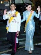 泰国贵妃让人心疼!打扮清新只能当背景,王后珠光